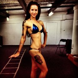 2.5 weeks pre comp :) READY TO ROCK IT. Still got my peak week to go :D Ignore my face, i have no makeup, and my hair was in a bun, so its all pulled back ahahah.