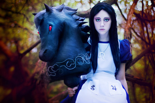 lunakitteh:  eraofgoldlions:  Alice Madness returns - Alice Liddell (via with my lovely horse by ~CaptainCacao on deviantART)  Awesome *-*