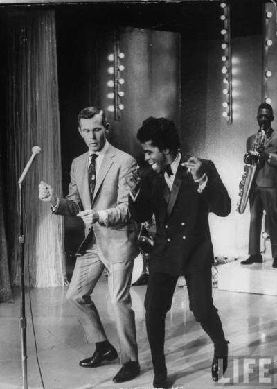 howtotalktogirlsatparties:  James Brown teaches Johnny Carson how to dance, 1967.