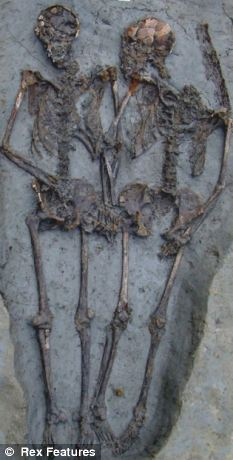 """archeological remains of Roman couple still holding hands for 1,500 years"""