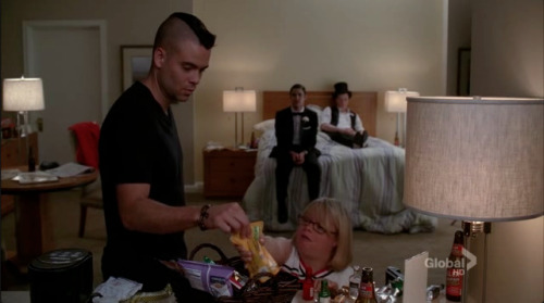 gutes-tun:  #the fact that blaine's feet don't touch the floor here