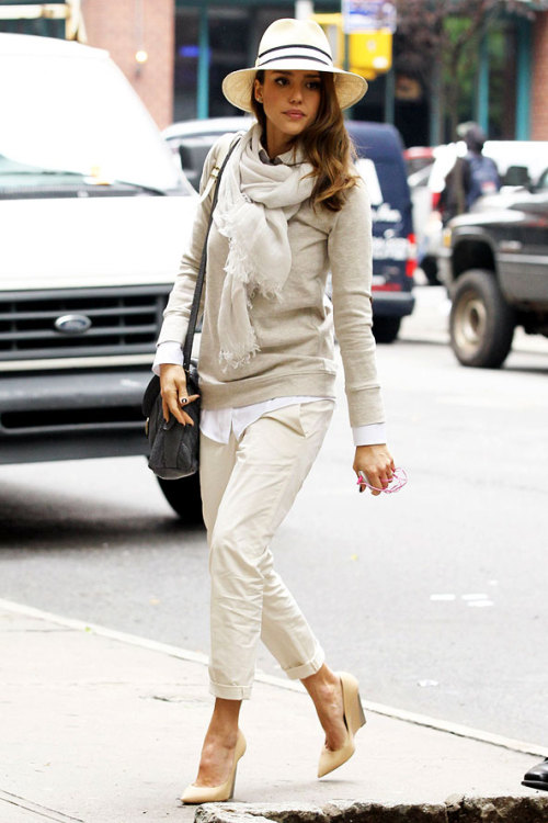 Love this casual, off-duty look on Jessica Alba.