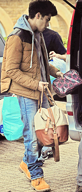zaynmalikfacts:  harrys-boobs:  Zayn is carrying a makeup bag is he try a tell us something txt it  Cutest thing ever, sans the Zayn/Lux pictures.