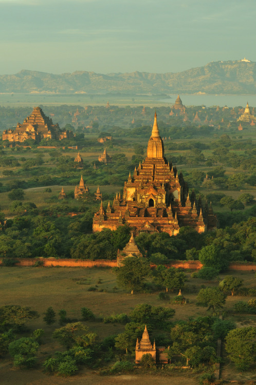 japankasasagi:  another gorgeous picture of the Bagan plains in Burma…