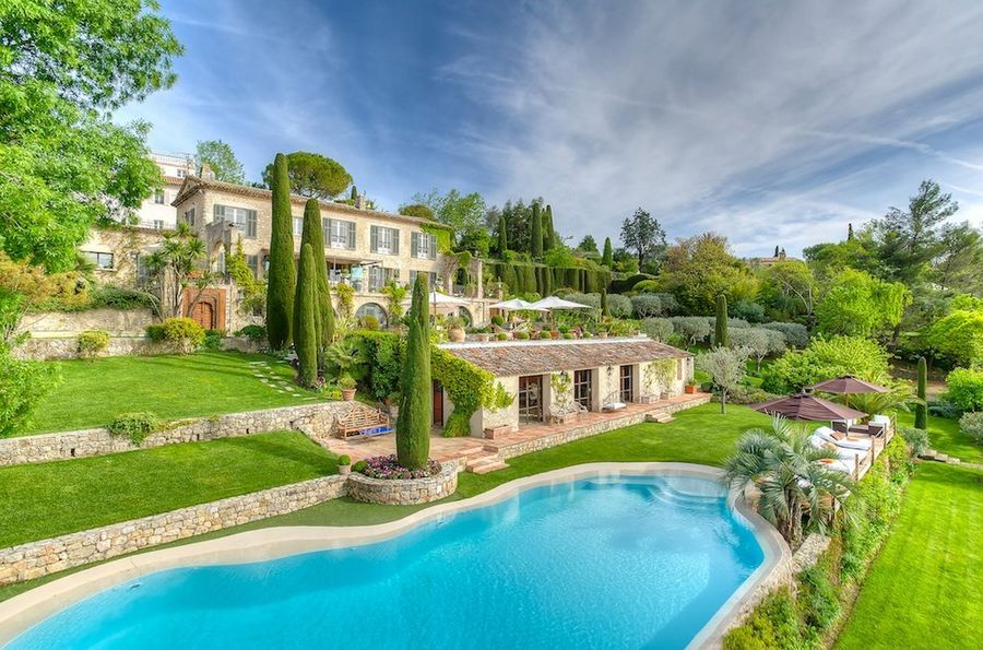 This property is almost too perfect, the images look like an artist impression but trust me when I say 'this is the real thing'. A 5 bedroom villa that ticks all the boxes and a few steps from the main square in the Village of Mougins. Simply stunning!