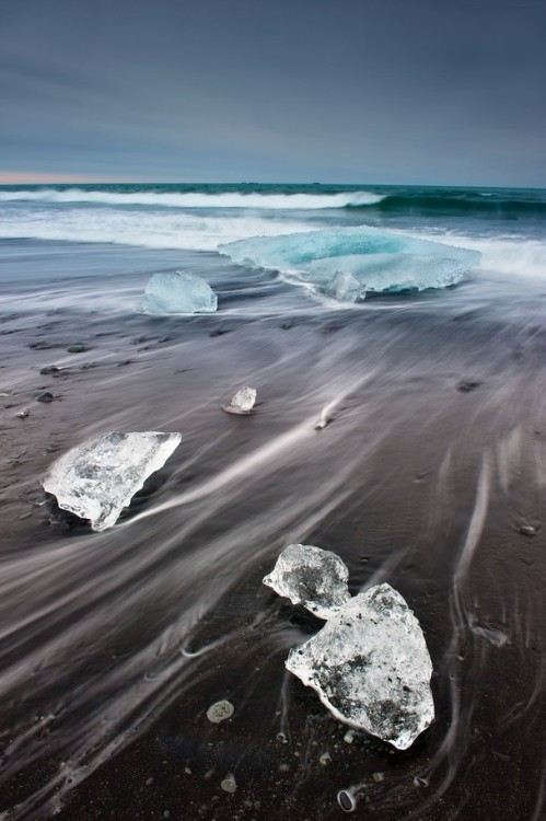 artsysavvy:  Floating icebergs on black sand