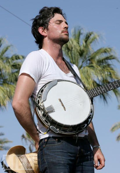thatcutesortofsouthern:  maryrandell:  My FAVORITE picture of Scott Avett ever.  They're from my hometown! Whuddup Concord :)