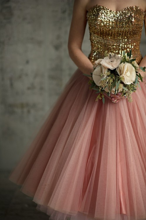 I'd wear to this to the prom that is vintage-themed. Love the gold sequined top. :))