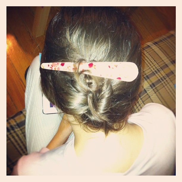 Peinando a la hermana menor. #braid #hairstyle #photooftheday #instaphoto #instagraph #instagram #ig #iphoneonly #iphoneography #iphonesia #picframe  (Tomada con instagram)
