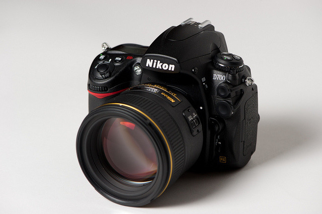 gabeweb:  Nikon 85mm f/1.4G AF-S Nikkor Lens for Nikon Digital SLR  Technical Details: Ultra-fast f1.4 classic portrait lens Nano Crystal Coat Optimized for edge to edge sharpness on both FX and M/A Focus Mode Switch enables quick changes between manual and autofocus operation Internal Focus (IF) provides fast and quiet autofocus Optimized for edge to edge sharpness on both FX   (vía Amazon)