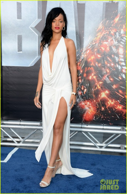 Filipa: Rihanna is wearing an Adam Selman dress, Manolo Blahnik shoes, and jewels by Vhernier and Neil Lane. Rihanna for me is the type where you can expect what she'll wear next,and then you see it and it's horrible, i mean not all the time, but most…. I don't like the dress it looks like a sheet, i like the shoes it complements the dress well and the jewelery….