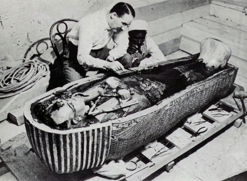 collective-history:  Carter opening King Tut's tomb.