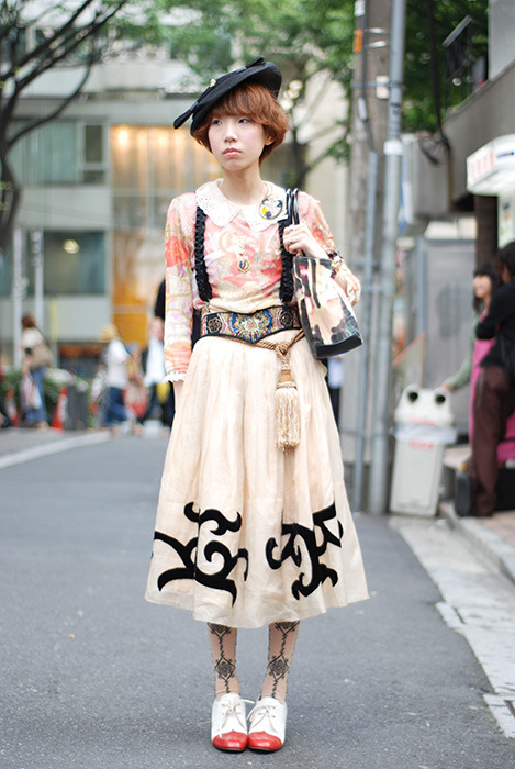dolly-kei:  A very cute look with a nice collar, gorgeous accessories and a very sweet hat!  love the hat.