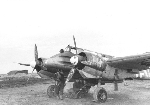 Arming a Henschel Hs-129 ground attack or 'Panzerknacker'