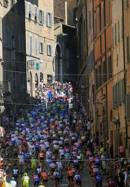 canohtfu:  Peloton climbing out of the town of Urbino at the start of Stage 6.