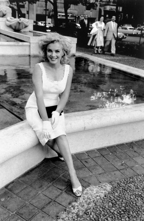 alwaysmarilynmonroe:  Marilyn photographed by Sam Shaw in 1957.  Isn't she gorgeous