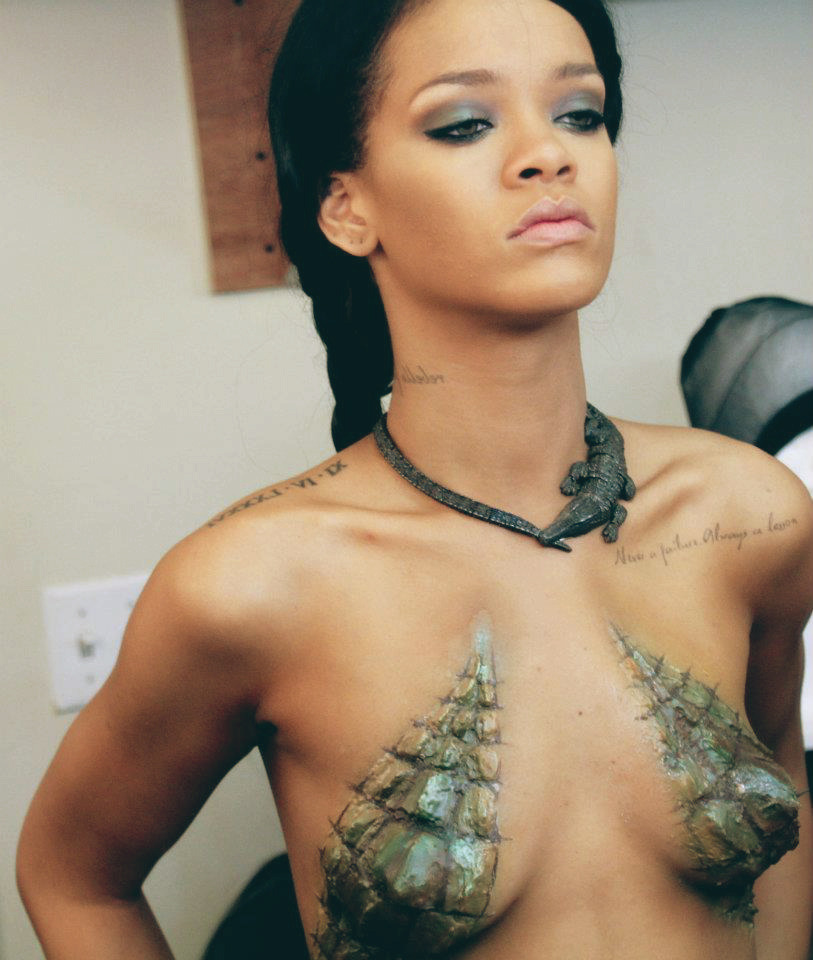 hello2thefuture:  Just had to reblog again!  I see your titties, Rihanna.