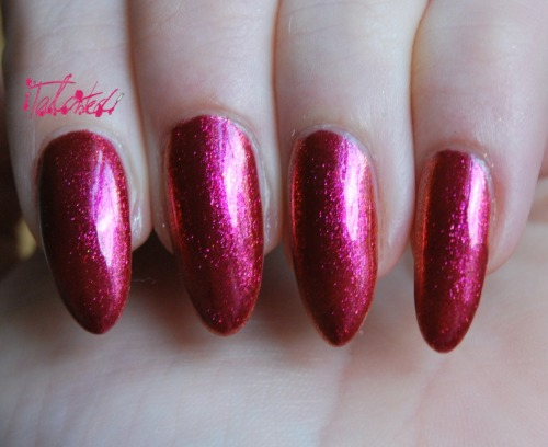 SWATCH: Nails Inc - 'New Burlington Place' This is the second duochrome polish from the 'Midas Touch' collection. In person it is more orangey-bronze in daylight and this vivid fuchsia pink in artificial light. This was only two coats, topped up with Seche Vite. Lex :)