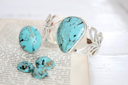 "truebluemeandyou:  DIY Fake Turquoise Polymer Clay Jewelry Tutorial. I've never made fake turquoise, but I've made fake jade, amber, and ivory (hundreds of layers of translucent and white then cut so it looks like ridges). Really good tutorial giving you the ""recipe"" of what colors you'll need for turquoise. Tutorial from Craft Berry Bush here.*Bracelet in photo is the real deal, ring is polymer clay - but hasn't been polished yet (and you can do this with an electric buffer, varnish for polymer clay, or with various grades of sand paper)."