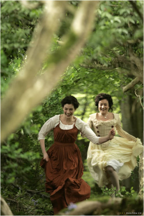 forgottenbennet:  Jane and Eliza de Feuillide running.   them running to find peen totes reminds me of this scene from Now and Then OMG