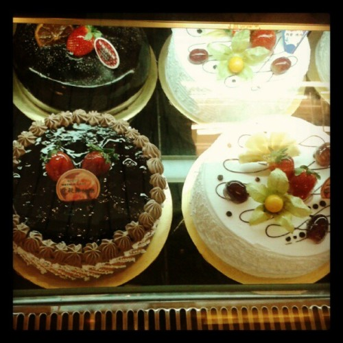 buy cake for my mom..happy mothers day (Taken with instagram)