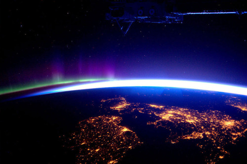 notawittyurl:  apocalyprince:  UK and Ireland by night, with the Aurora Borealis  Favourite thing ever…