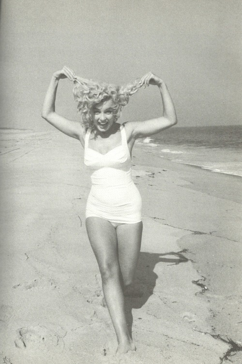 misssgigirose:  Marilyn Monroe photographed by Sam Shaw, 1957.
