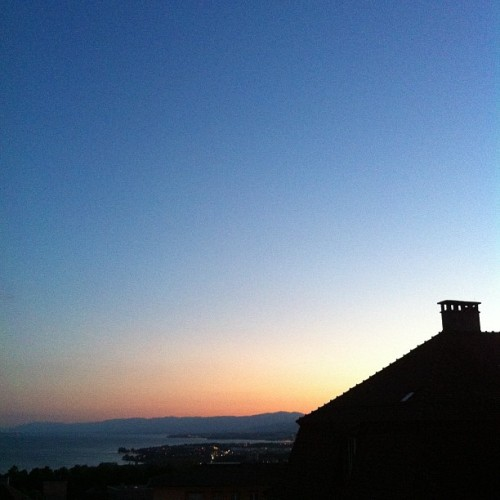 Evening sky over the Lake #evening #lausanne #gradient #silhouette #chimney #lausanne #lacleman  (Pris avec instagram)