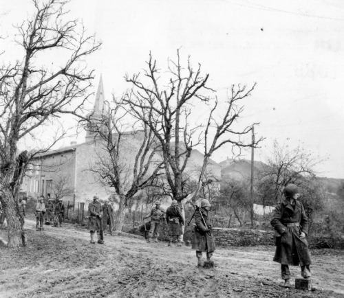 opacasilentianoctis:  Machine-gun crew 358 th Regiment, 90th U.S. Infantry Division stand on the street of a small town with a machine gun Browning M1919.