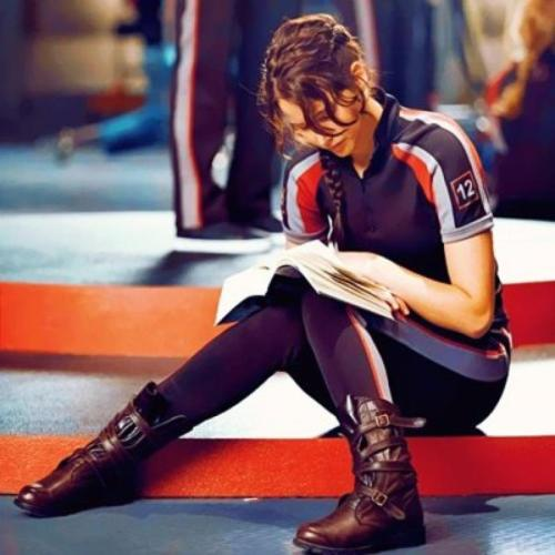 destinywalkswithus:  Jenn reading Order of Phoenix on the set of 'The Hunger Games'. As if we need more reasons to love her. Photo via The awkward moment when Bathilda Bagshot is Nagini