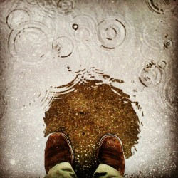 Kišni dan #rain #shoes #puddle #umbrella #reflection #instagram #android (Taken with instagram)
