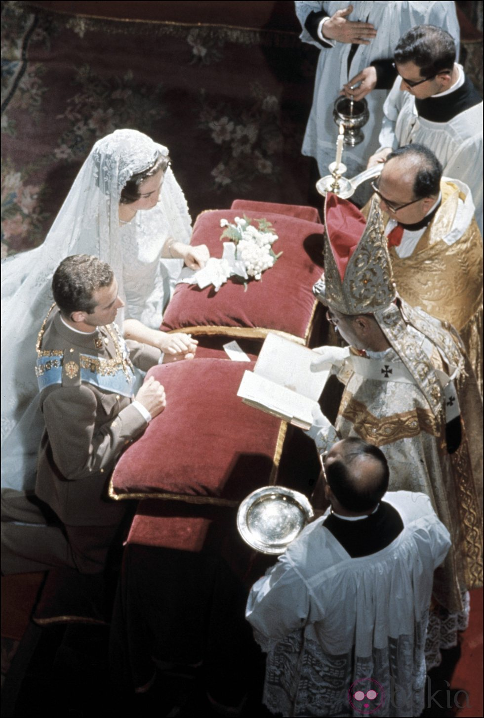 50 years ago today, Prince Juan Carlos and Princess Sophia married three times in Athens: in a Catholic ceremony, in a civil ceremony and in a Greek Orthodox ceremony. On the photo the couple during the first ceremony, the Catholic wedding (May 14, 1962)