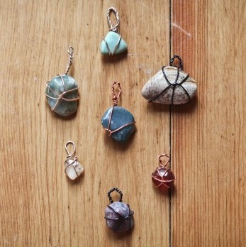 truebluemeandyou:  DIY Easy Wire Wrapped Stone Pendant Tutorial. Easy, cheap, and can be worn as a pendant or as charms on a bracelet. You can buy bags of colorful polished rocks or pick up special ones at kids' stores (science section), gem stores, etc… Tutorial from Boat People Le Blog here.