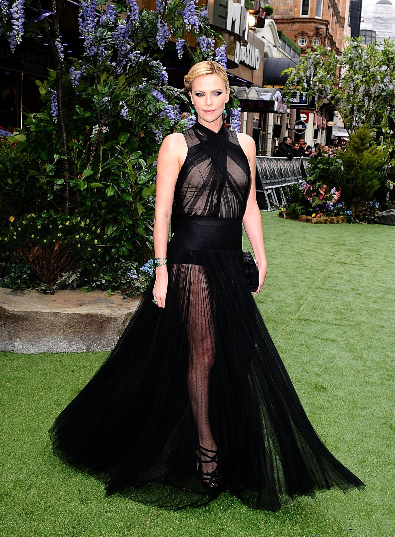 suicideblonde:  Charlize Theron wearing Dior at the London premiere of Snow White And The Huntsman, May 14th THIS IS HOW YOU DO IT, BITCHES