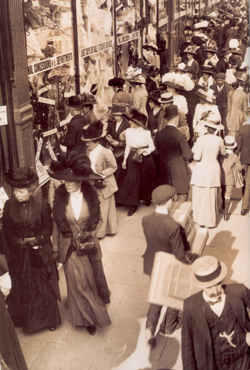 itsjohnsen:  Sales in London, 1908. (via)