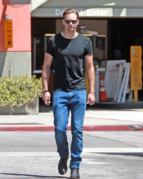 santress:  Alexander Skarsgard in West Hollywood (May 14, 2012) (Source:  Just Jared)