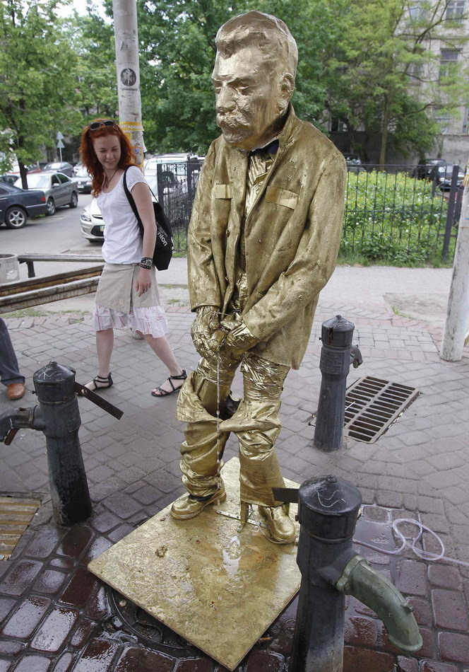 criminalwisdom:  THE PISSING STALIN GOLDEN MONUMENT Activists from Ukraine's nationalist party Bratstvo have mocked Soviet Dictator Joseph Stalin by installing a Pissing Stalin Golden Monument in Kiev and in the western city Lvov. The 1.5 metre wooden sculptures are covered in golden paint. The party also planned to unveil two Pissing Stalin Golden Monuments in Odessa and Dnepropetrovsk. Kiev and Lvov police dismantled the Stalin Pis monuments hours after they were unveiled.