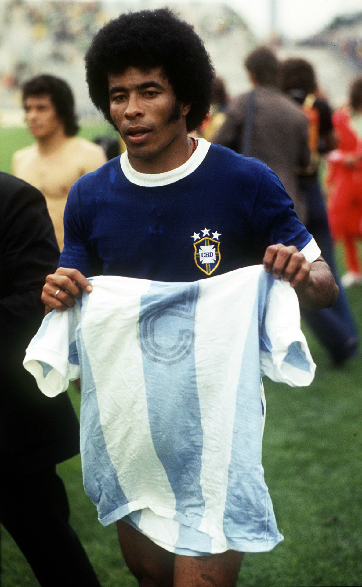 Jairzinho, leaving the pitch with Ángel Bargas' kit after scoring the winning goal against Argentina, World Cup 1974.