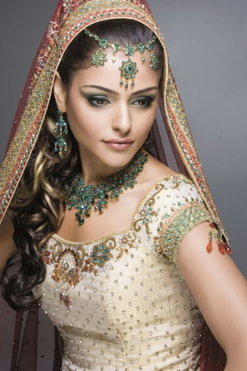 bridalsnob:  Indian bride inspiration  We love the teal jewels and abundant embellishment! What can you borrow from lavish Indian wedding looks?