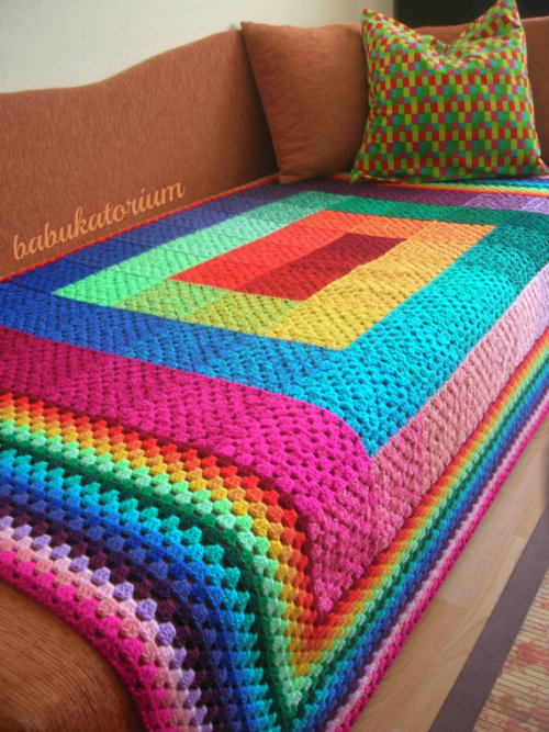 yaaaarn:  Full Spectrum Granny Square crochet Blanket via Babukatorium  Amazing! So many colors :)