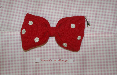 Paris, je t'aime!For all lovers of French style we offer you this bow with polkadots and a little Eiffeltower! Comes with either a hair clip or a pin on the back, the choice is yours! Size: 14cm (but we can make any size you want)Price: €10We can make the bow or dots any colour you want!Be fast! Only a limited amount available!
