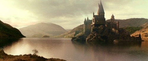 thisisntvictorian:  IS THAT HOGWARTS?  For goodness' sake, why does no one ever read Hogwarts, a History!? The castle is Medieval, not Victorian or Edwardian (I mean, seriously?)