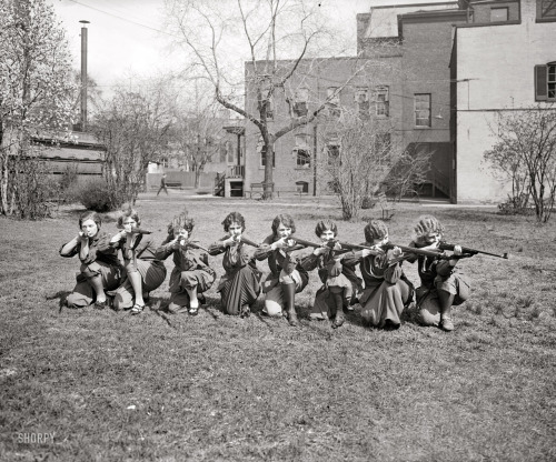 lostsplendor:  Girls Rifle Team, University of Maryland c. 1925 (via Via)