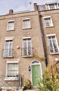 thelifethestyle:  Pretty London town house with a green door