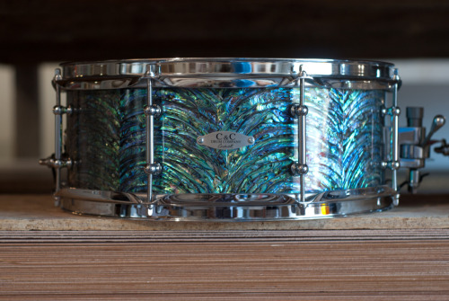 candcdrums:  arched paua snare drum. also up for grabs at the chicago show…. via the dennis stauffer tribute… do it.. bid, give , win.