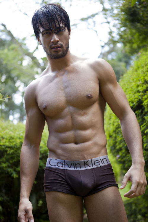 beardedmenofcolor:  red-meat:  Cesar Curti I by Didio  dear lorrrdddd  @redhotbooks