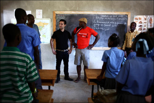 Dr David Luu visite l'école Hollywood Unites For Haiti construite par Jimmy Jean Louis.