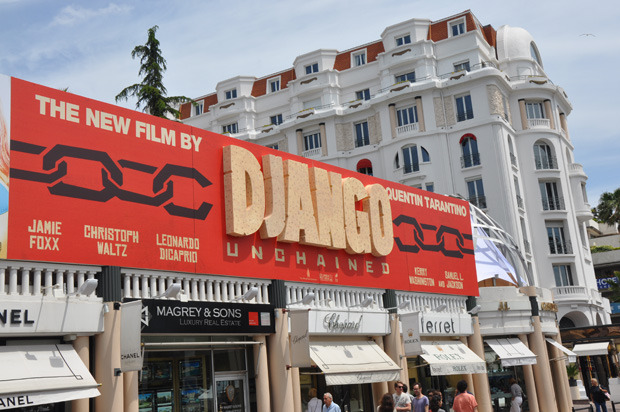tarantinotarantino:  A better look at Django Unchained's banner at Cannes 2012.  Otra que quiero ver.  #QuentinTarantino  http://www.youtube.com/watch?v=I3Hg4R0Y5CA