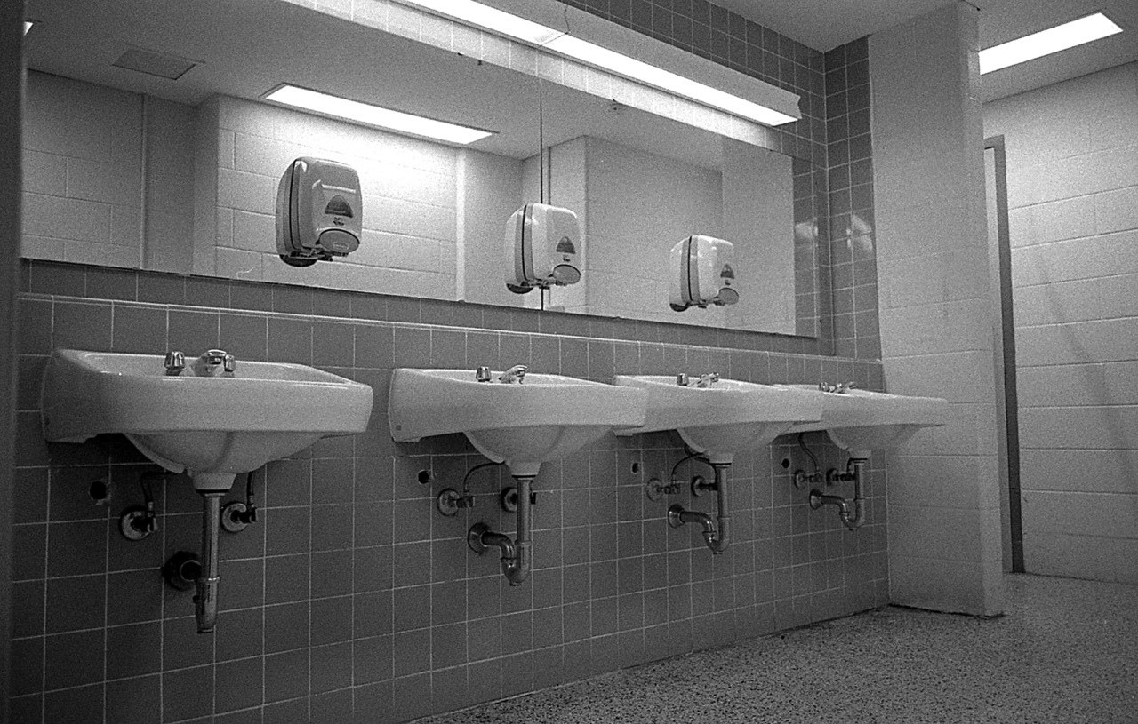 SINKS. York University, Toronto.  Ultrafine Xtreme 400 + Rodinal 1+50 11 min Leica M6 + Zeiss 28 mm f2.8 ZM T* This is the first time i have used Rodinal for Ultrafine Xtreme 400, I use Xtol usually. I find the grain to be rather large, to the point it is bothering me a bit. However, the tones are great. Next: push it to 1600 and stand develop.
