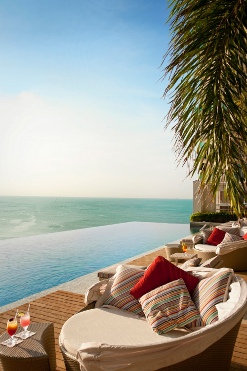 emilanton:  Enjoy your holiday with an incredible infinity pool